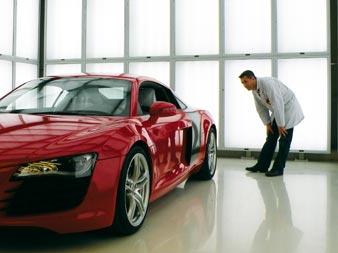 Qualitätskontrolle der Farbe beim lackierten Audi